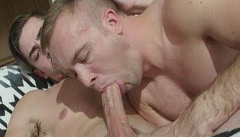 Sexo oral gay no vizinho novinho do apartamento vizinho